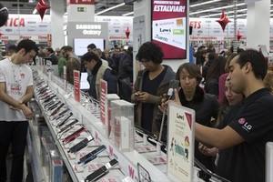 Clientes abarrotan una tienda de Barcelona en busca de los descuentos del Black Friday, el 27 de noviembre del año pasado.