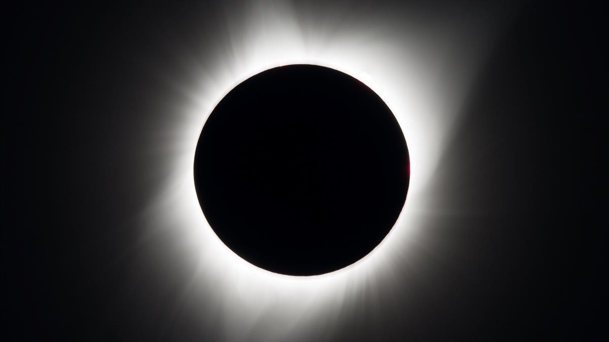 El eclipse observado desde el pueblo de Madras, en Oregón, donde se habían concentrado unas 100.000 personas para aprovechar la gran duración de la totalidad: dos minutos y dos segundos.