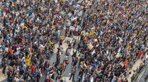 Concentración multitudinaria en la plaza de Sant Jaume en memoria de George Floyd y contra el racismo, el domingo 7 de mayo.