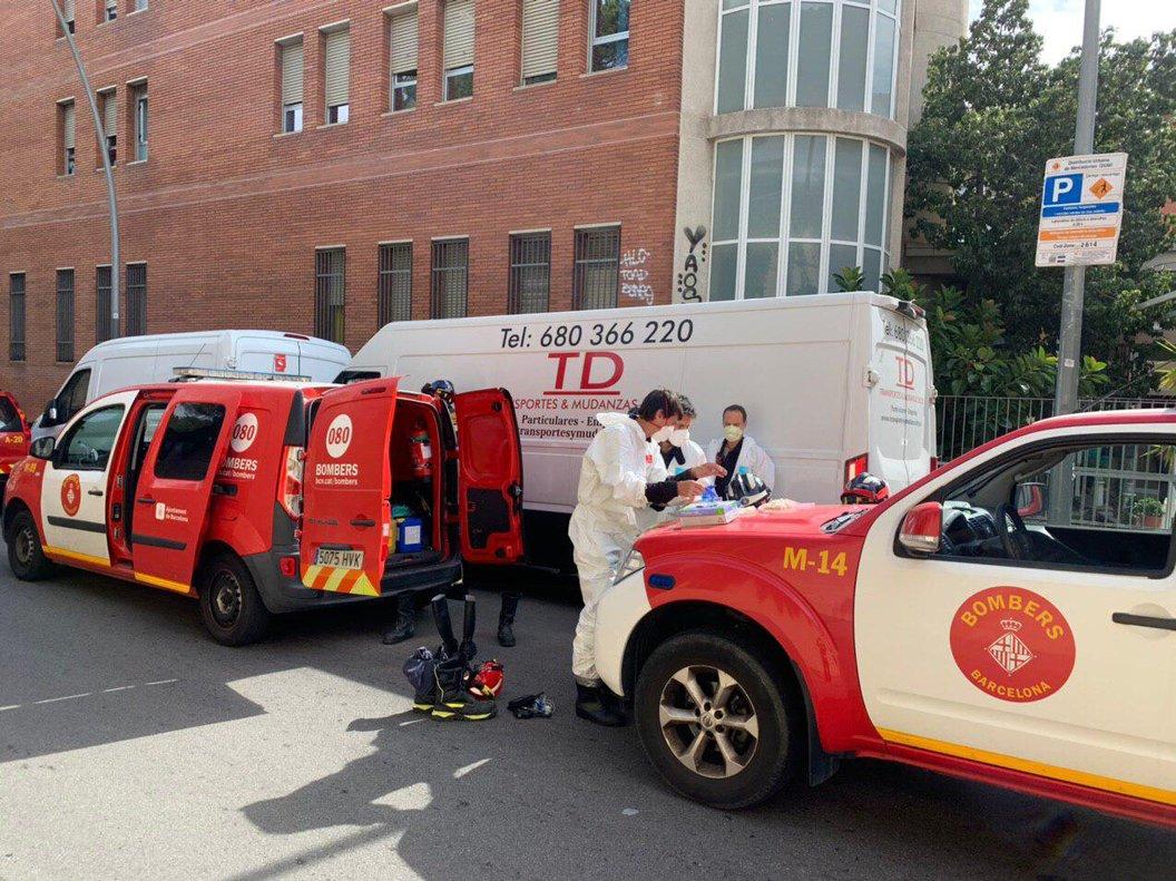 Bomberos del ayuntamiento asumen labores de desinfección el pasado sábado en una residencia de SantAndreu.