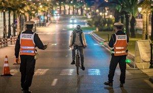Control nocturno de policía en una calle de Rabat, Marruecos.