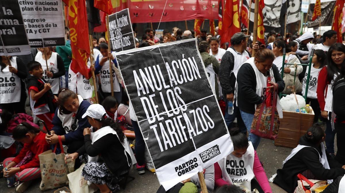Un grupo de personas protesta y reclama la anulacion de los tarifazos en los servicios publicos en Buenos Aires.