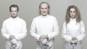 Lluís Homar, centro, entre Àlex Batllori y Aina Sánchez, en una imagen promocional de Cyrano.