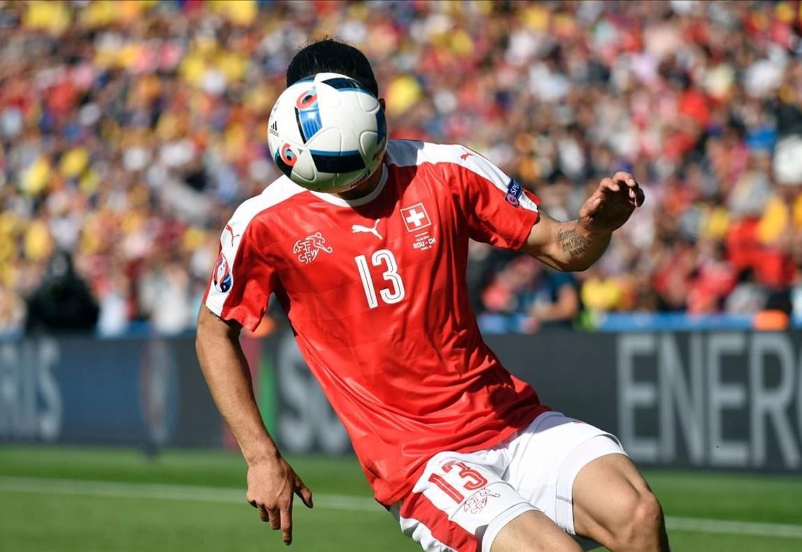 El defensa Ricardo Rodríguez, controla el balón durante el partido entre Rumania y Suiza.