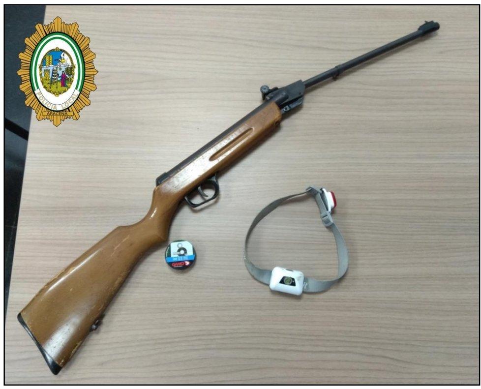 La escopeta que usó el detenido por burlar la cuarentena y disparar contra mobiliario urbano en Aracena la noche del miércoles.
