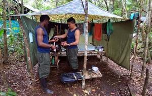 Dos miembros de las FARC, en el campamento.