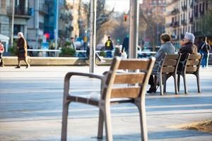 Dos mujeres jubiladas descansan en unos bancos en Barcelona.