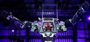 Jeff Bezos, a los mandos del robot Method-2, parecido a Mazinger Z.