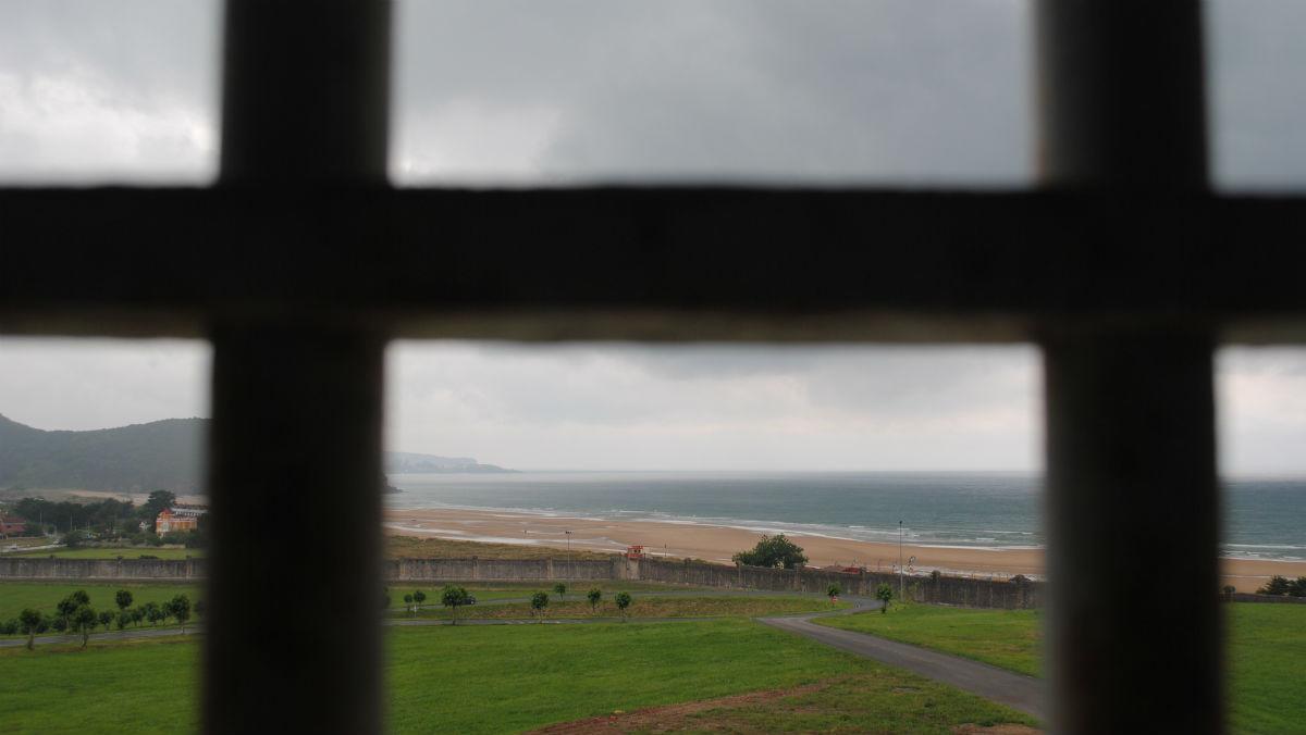 El mar, visto desde el interior de la cárcel de El Dueso.