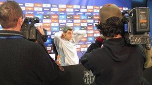 Ernesto Valverde se acomoda, hoy, en la sala de prensa de la Ciutat Esportiva Joan Gamper.