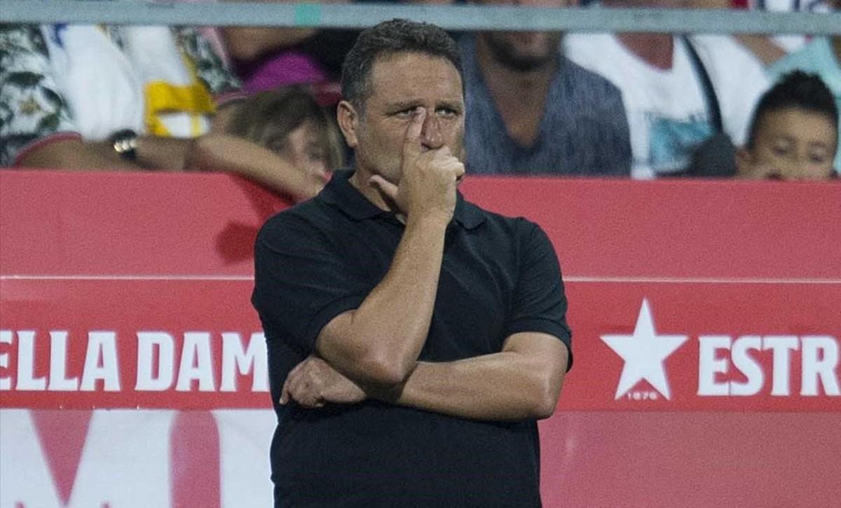 Eusebio observa desde la banda el partido entre el Girona y el Real Madrid