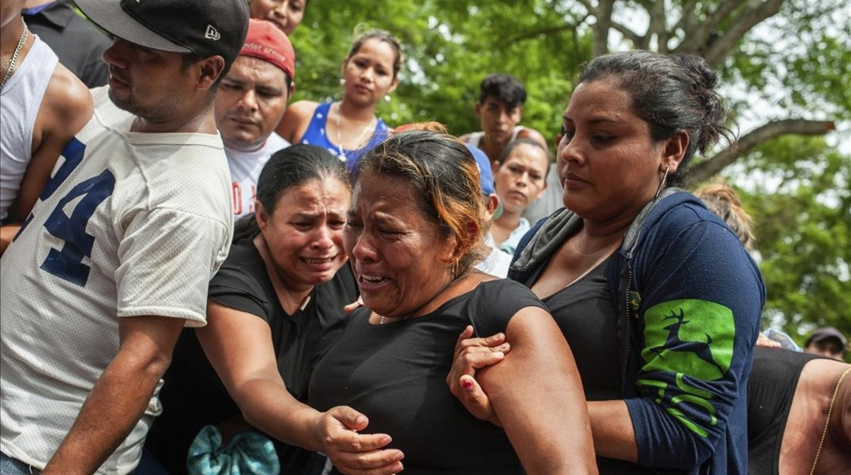 Familiares de los fallecidos en las protestas durante el entierro de sus seres queridos en Masaya.