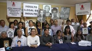 Familiares de víctimas de las matanzas por las que fue condenado Fujimori explican las acciones para denunciar la ilegalidad del indulto, en Lima, el 27 de diciembre.
