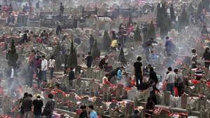 Familiares visitan las tumbas de sus seres queridos en un cementerio de la ciudad china de Jinjiang.