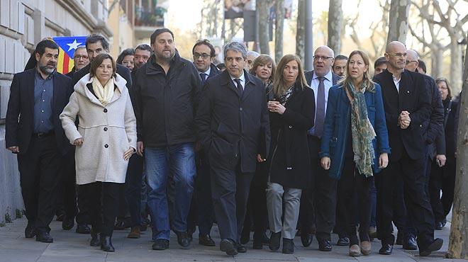 Francesc Homs acude a declarar ante el juez por el 9-N, arropado por los diputados de Junts pel Sí.