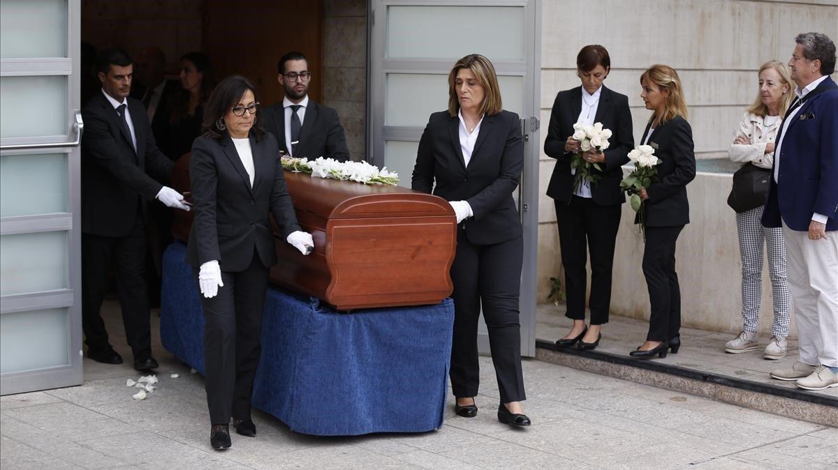 La salida del féretro con los restos mortales de Montserrat Caballé.