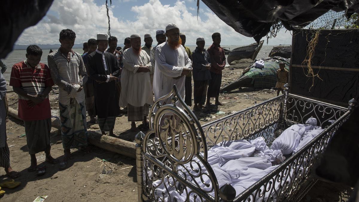 Funeral por cinco de los niños fallecidos en el nuevo hundimiento de una embarcación de rohingyas, en Coxs Bazar (Bangladés), el 9 de octubre.