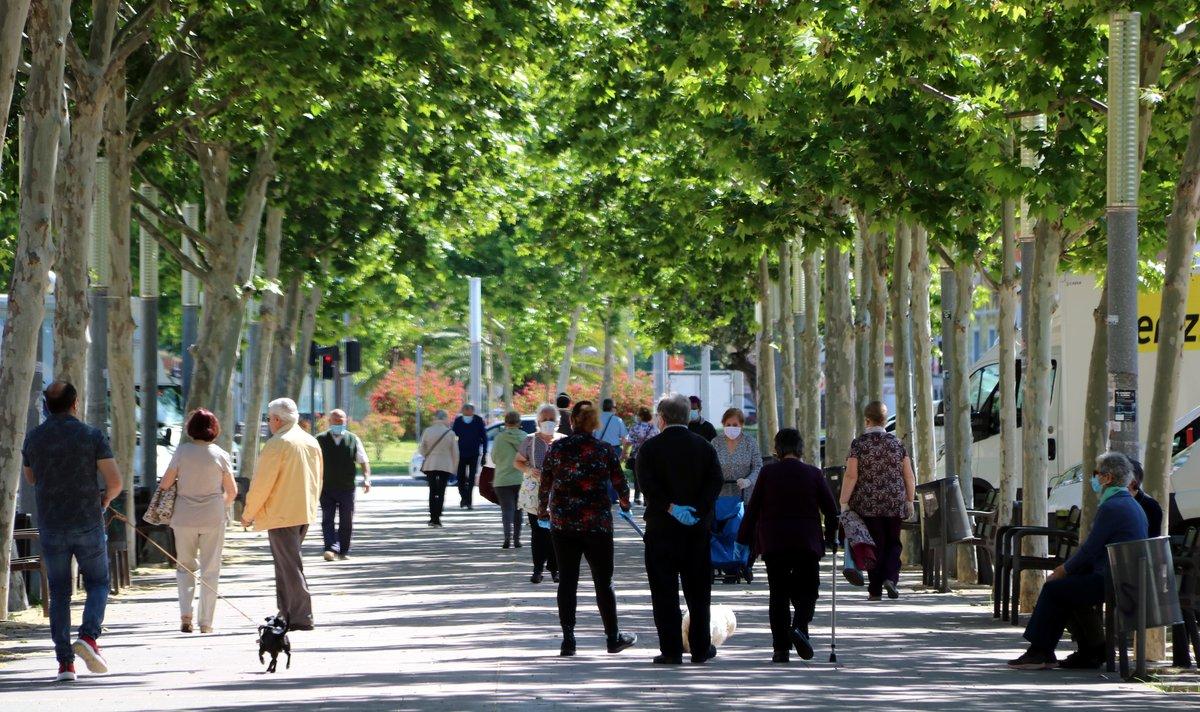 Gente paseando por el paseo dels Ferrocarrils Catalans de Cornellà, el domingo