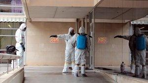 Un grupo de trabajadores de una empresa de desinfección llega ala residencia de Sant Josep de Lleida.