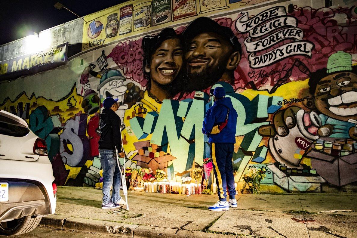 Un grafiti recuerda a Kobe Bryant y a su hija en una calle de Los Ángeles.