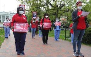 Un grupo de enfermeras protestan en Washington por la falta de medidas de seguridad en los hospitales.