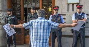 Guardias civiles y mossos en la Conselleria dEconomia, el 20 de septiembre.