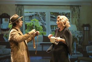 Los cómicos Jordi Ríos y Mònica Pérez, en una escenade la obra.