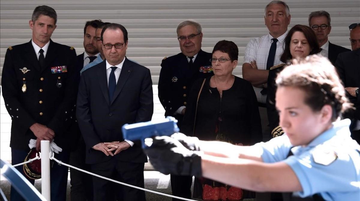 Hollande (segundo por la izquierda) visita un centro de entrenamiento de la gendarmería en Saint Astier, en el sudoeste de Francia, el 20 de julio.