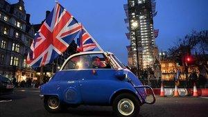 Un hombre ondea una bandera británica desde un coche por el centro de Londres, este viernes.