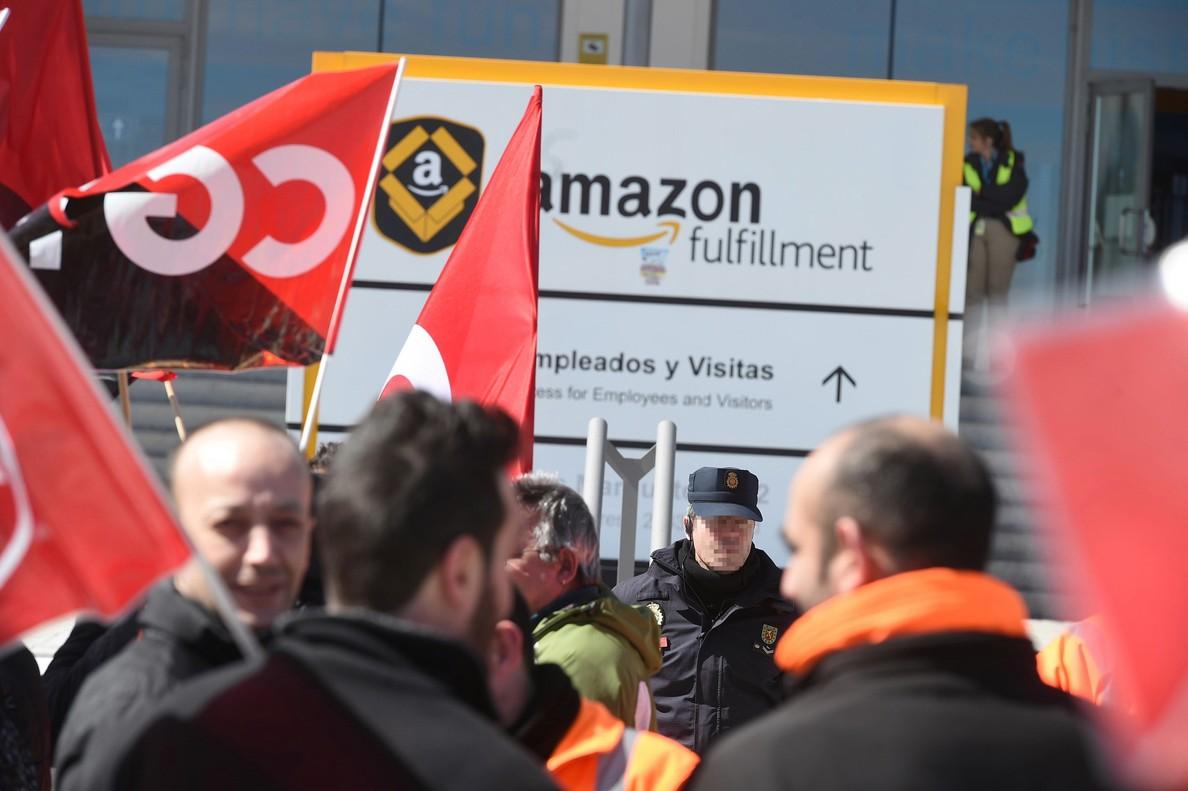Los sindicatos cifran en el 95% el seguimiento por parte de los trabajadores del segundo y último día de huelga en el centro logístico de Amazon en San Fernando de Henares (Madrid).