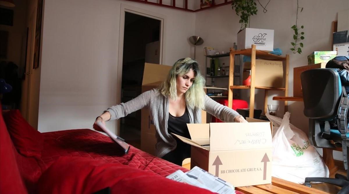 Alba Hierro prepara cajas para mudarse el viernes.