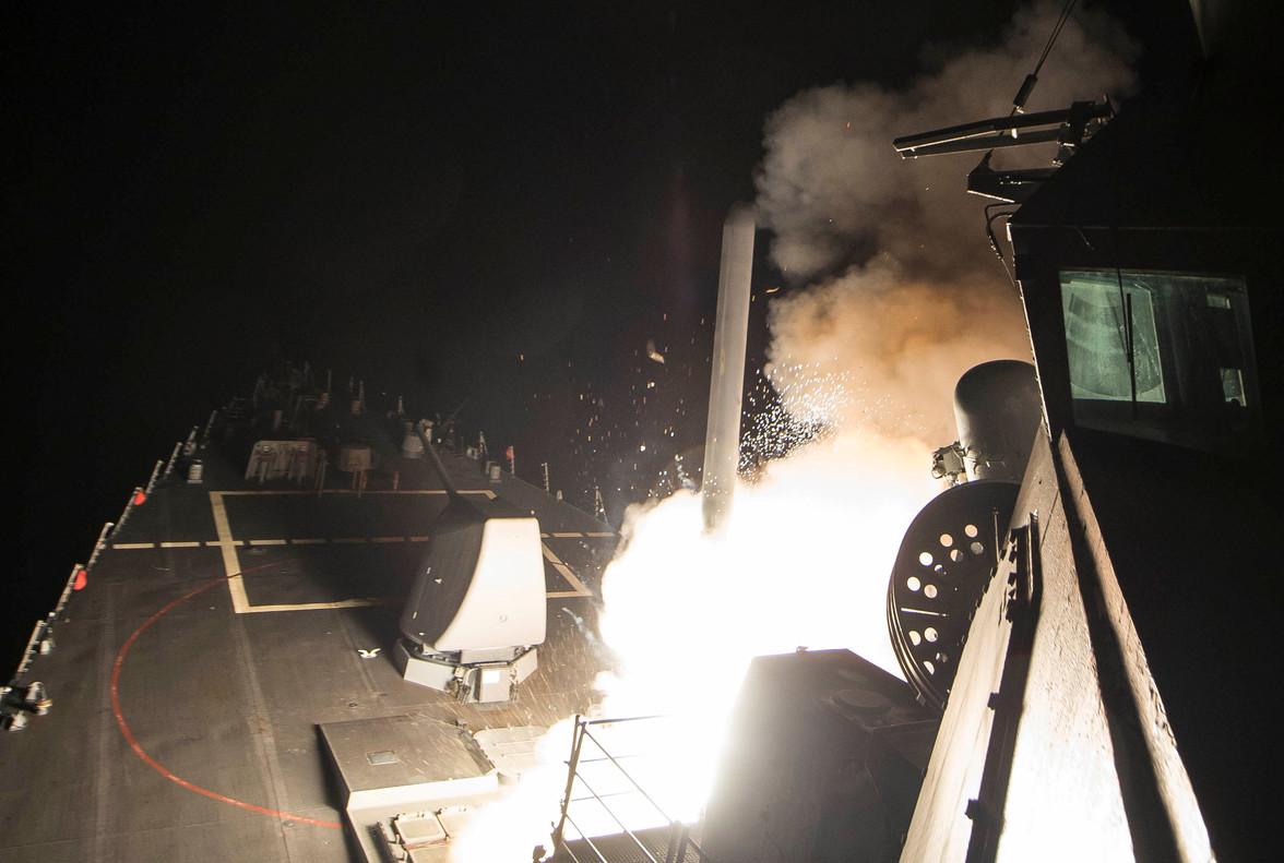 Imagen del lanzamiento de un misil contra una base siria desde el USS Ross.