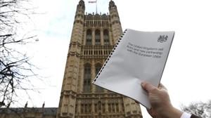 Imagen del 'libro blanco' sobre la estrategia gubernamental para la salida de la UE, en el exterior del Parlamento, en Londres, el 2 de febrero.