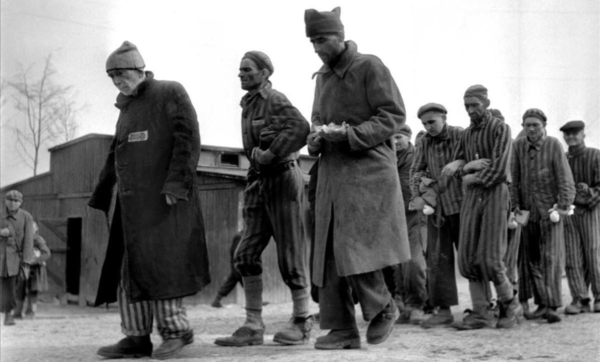 Imagen tomada por el fotoperiodista Eric Schwab de supervivientes en el campo de concentración nazi de Buchenwald, después de la liberación.