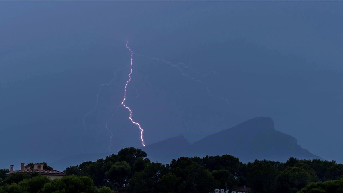 Un rayo cae sobre las islas Baleares la madrugada del martes al miércoles.