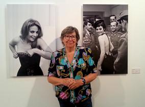 Joana Biarnés junto a dos de sus fotografías expuestas en la Sala Muncunill de Terrassa