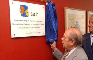 El expresident Jordi Pujol, destapando una placa conmemorativa en Lleida en agosto del 2002.