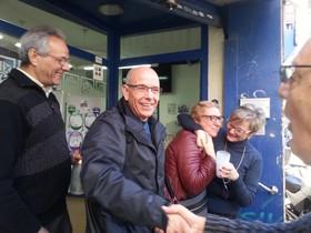 José y Manoli reciben la fecilitación de los dueños de la administración de Badalona.