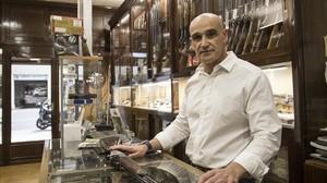 Carlos López,propietario de una armería de la calle de Aribau, la más antigua de Barcelona.