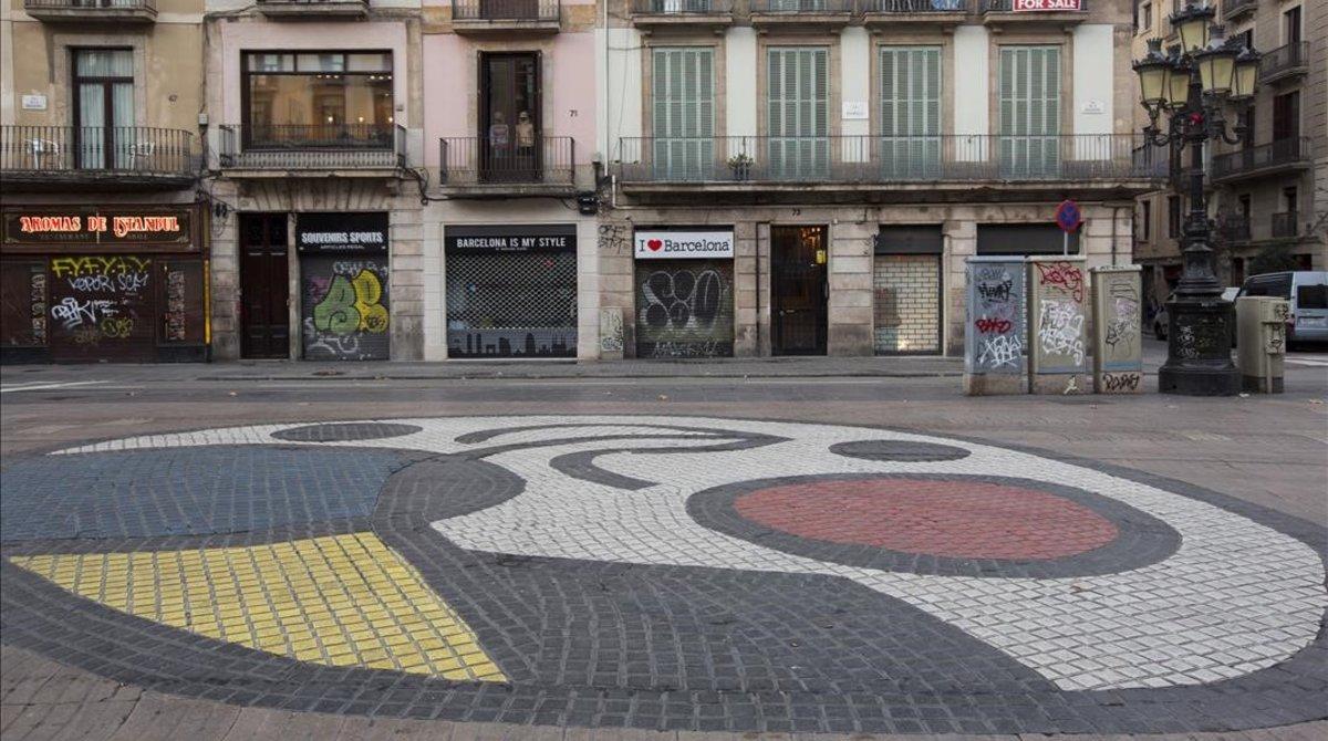 El mosaico de Miró, en el centro de la Rambla un domingo a primera hora de la mañana.