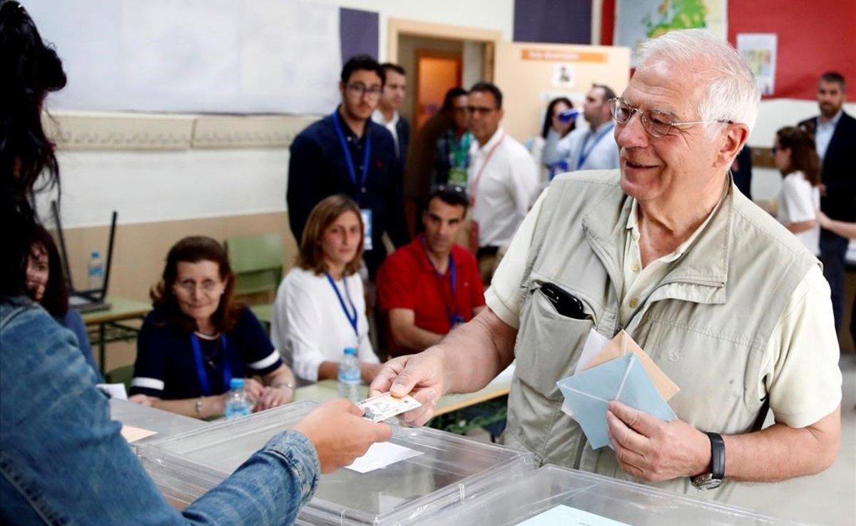 Josep Borrell vota en un colegio electoral de Valdemorillo, Madrid.