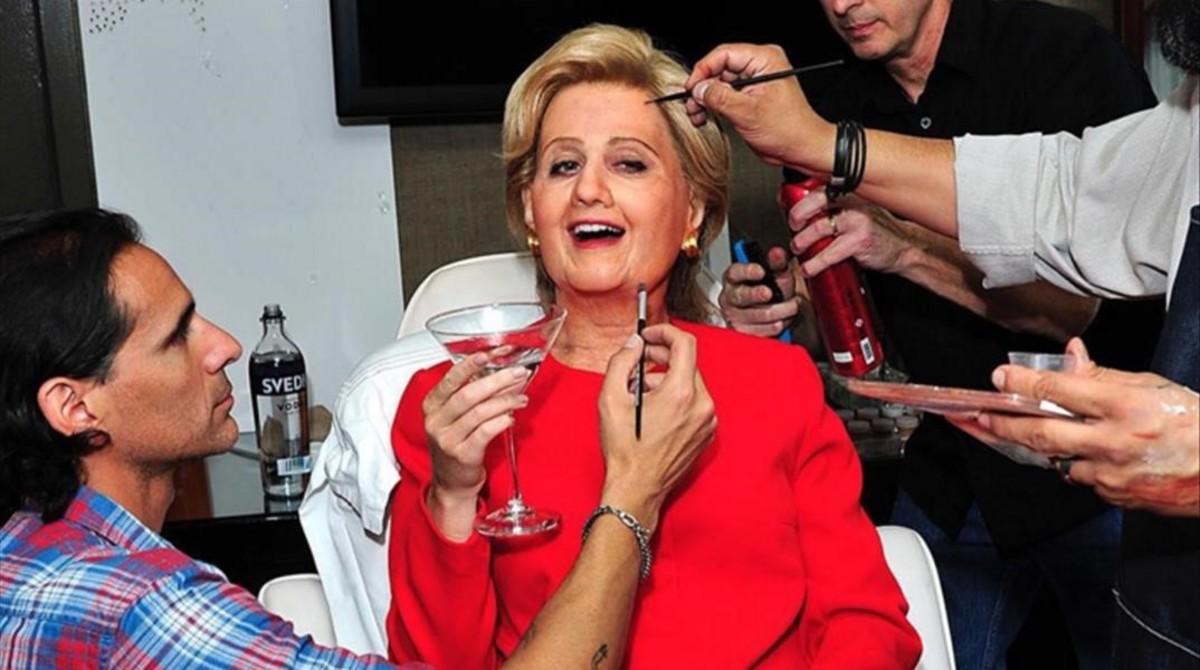 Kate Perry, disfrazándose de Hillary Clinton, en Halloween.