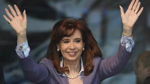Kirchner, en una imagen de archivo, saluda tras inaugurar una nueva área de un hospital en Morón, en la provincia de Buenos Aires, en noviembre del 2015.