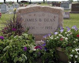 Lápida de la tumba de James Dean, en el cementerio de Fairmont (Indiana).