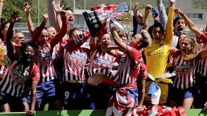 Las jugadoras del Atlético celebran la consecución del título de Liga.