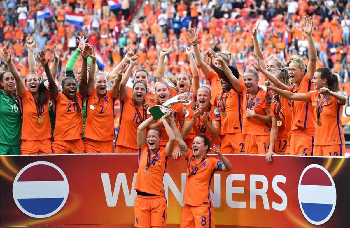 Las jugadoras holandesas celebran su triunfo sobre Dinamarca en el estadio del Twente en Enschede.