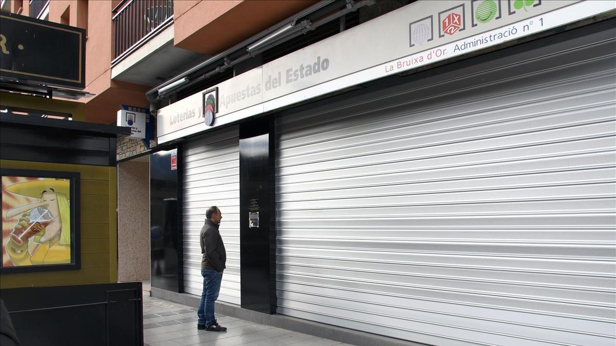 Las persianas de La Bruixa dOr de Sort han permanecido toda la mañana cerradas ya que el propietario ha trasladado la sede social a Navarra.