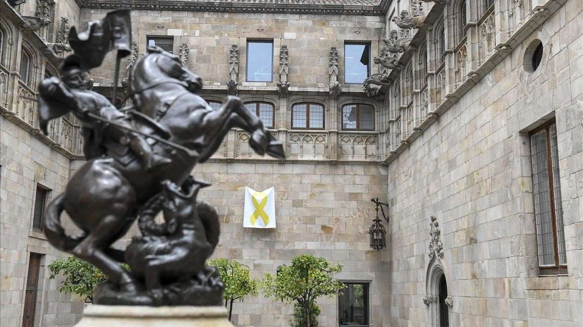 Lazo amarillo en el interior del patio dels Tarongers del Palau de la Generalitat, en junio pasado.