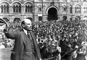 Lenin, donant un míting en la plaça Vermella de Moscou, en 1919.