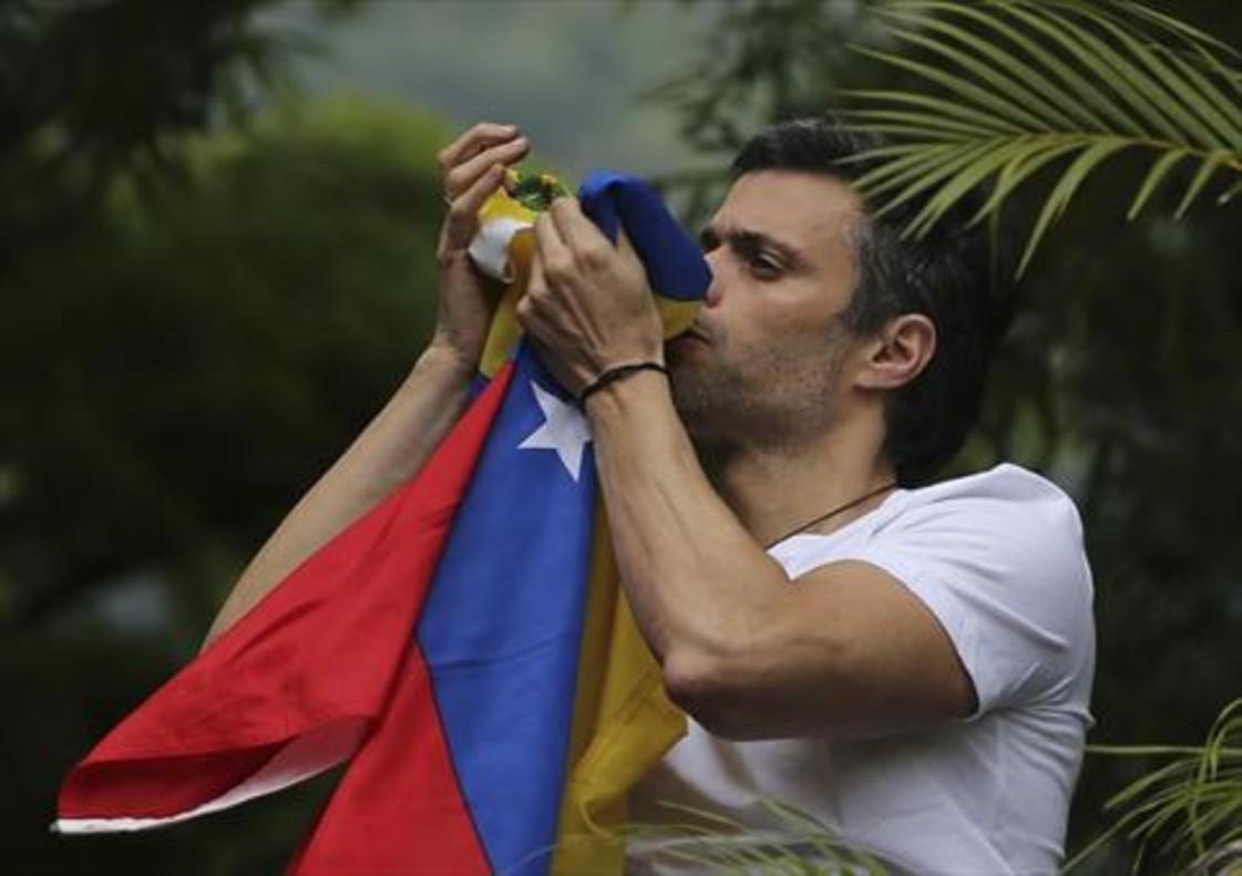 Leopoldo López besa la bandera venezolana tras salir de prisión, el pasado 8 de julio.